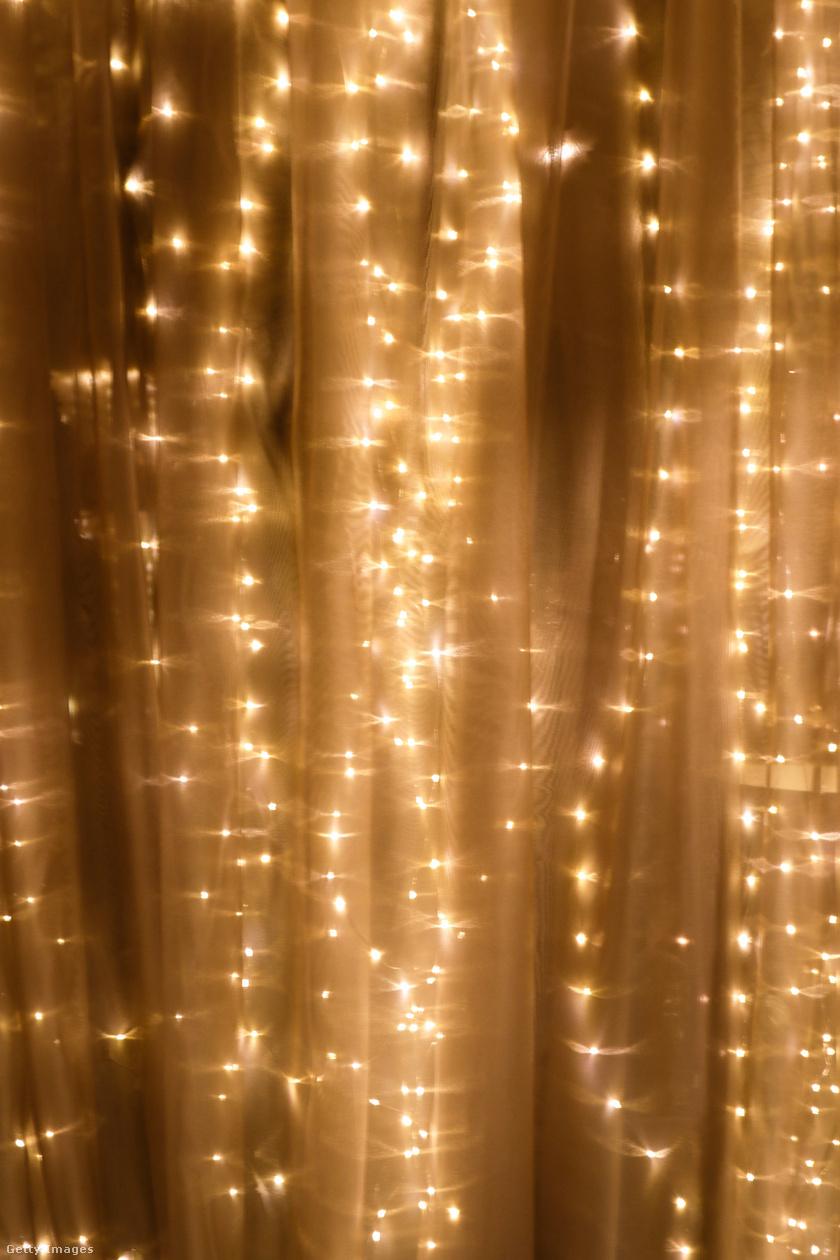 A fényfüzér függöny mögött lelógatva beragyogja az egész szobát, akár csipesszel is hozzáerősíthető a textilhez, de karnisra függesztve is ugyanilyen, vibrálóan gyönyörű hatás érhető el.