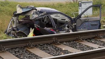 Kettévágta a vonat az autót Győrben