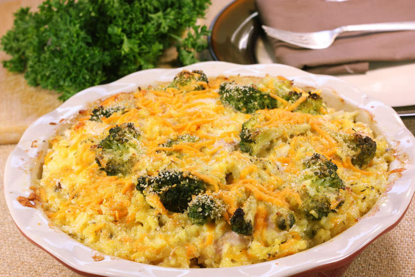 Csirkés, brokkolis rakottas olvadós sajttal a tetején: nem szárad ki a sütőben