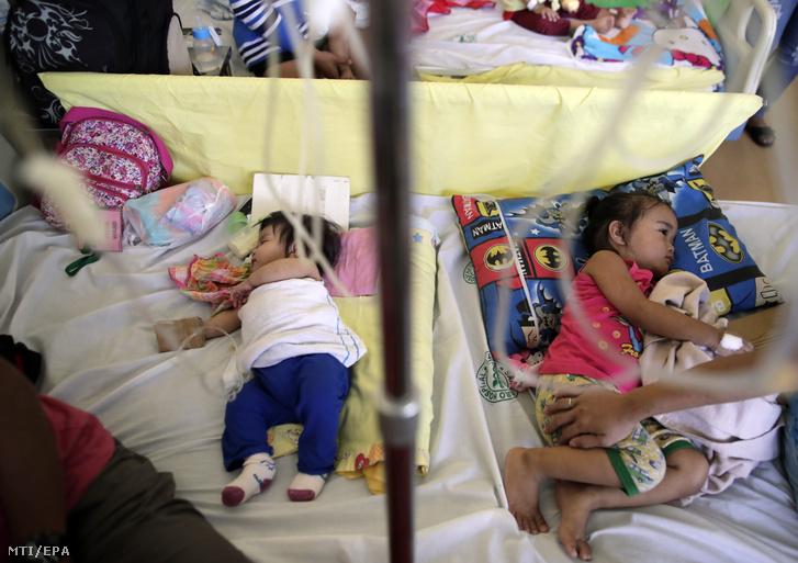 Kanyaróval fertőzött Fülöp-szigeteki gyerekek egy manilai közkórházban 2019. február 7-én.