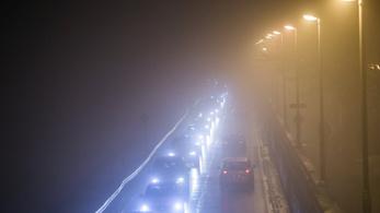 Köd nehezíti a vezetést az utakon