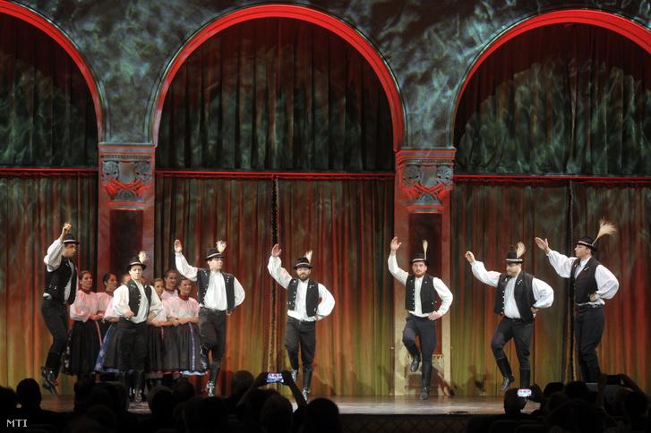 A Cédrus Táncegyüttes produkciója a magyar nyelv napján tartott gálaműsorban a Pesti Vigadóban 2019. november 13-án
