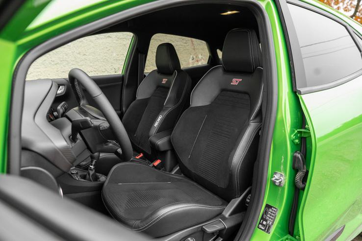 Félúton a kényelmes és sportos között, illik az autó karakteréhez