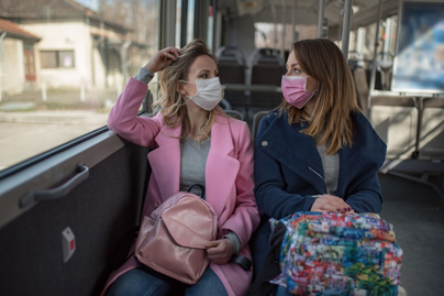 nok-buszon-maszkban