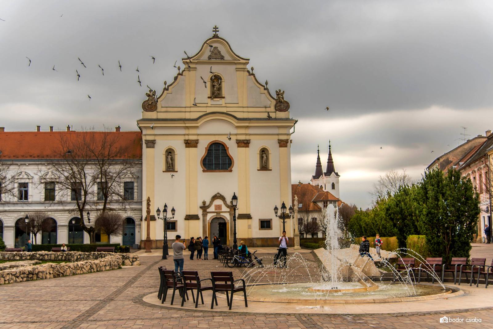Melyik város híres barokk főtere látható a képen?