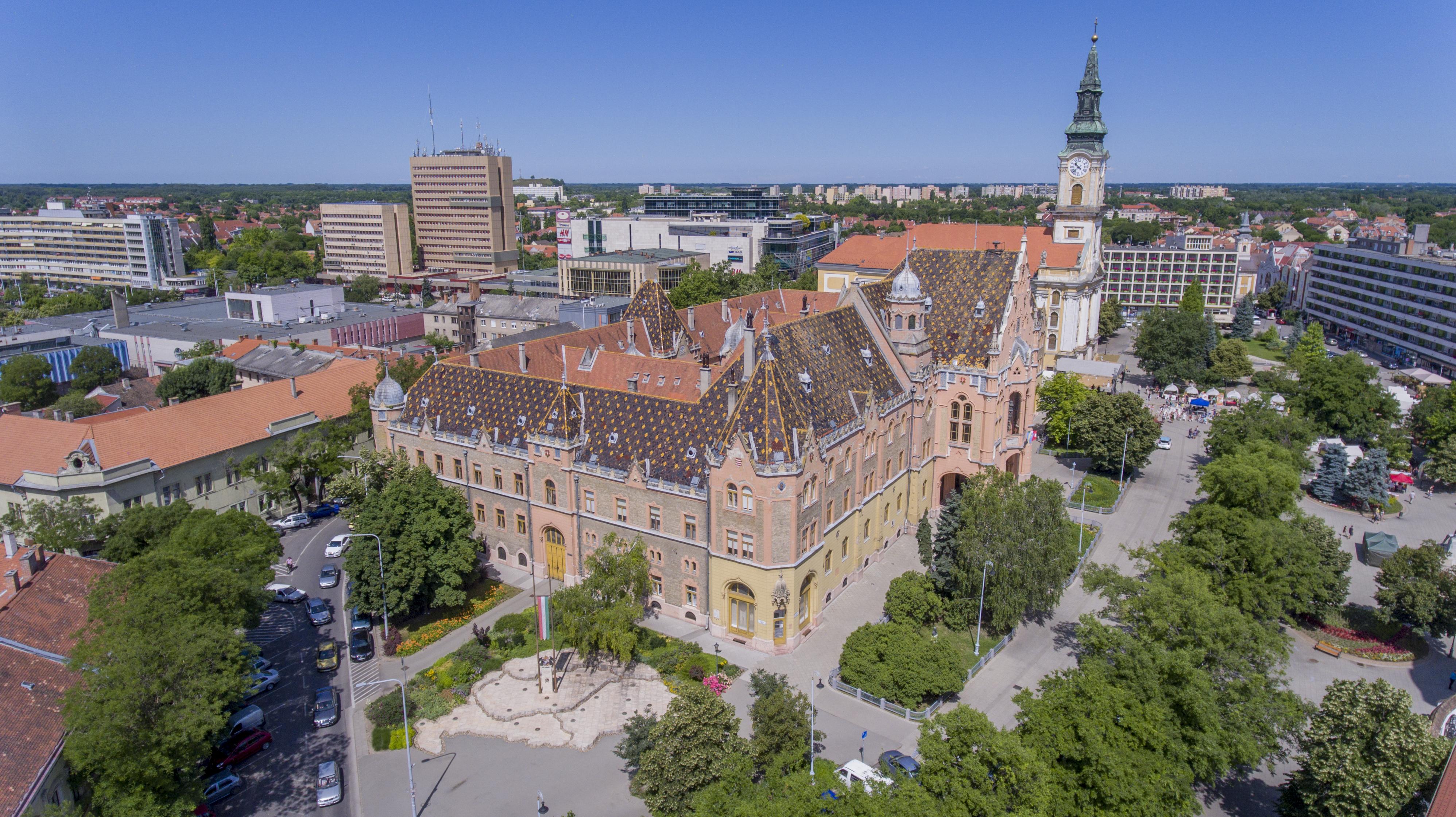 Melyik város központjáról, azon belül is a városházáról készült a fotó?