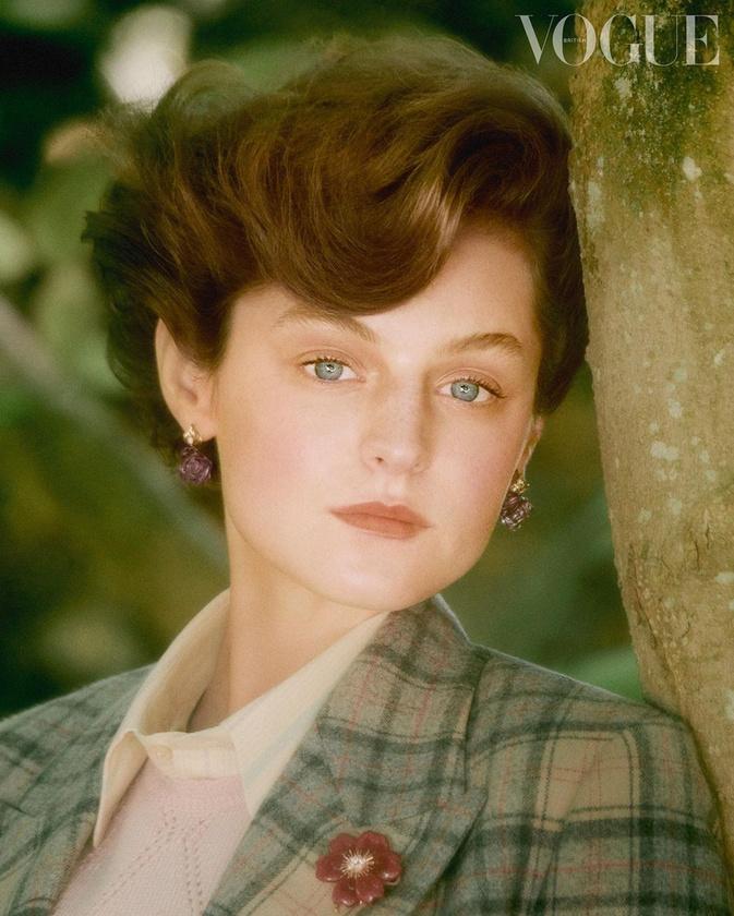 Mielőtt rátérnénk Margaret Thatcherre, mutatunk egy képet a Diana hercegnőt alakító Emma Corrinról, akinek a karrierjén valószínűleg sokat fog lendíteni, hogy szerepelt a Koronában