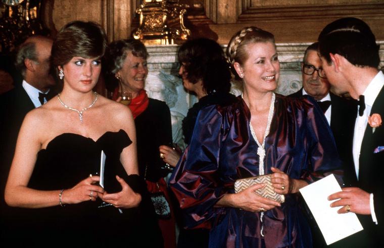Lady Diana házassága elején nagyon elveszve érezte magát, nem volt még gyakorlata abban, hogyan kell bájcsevegni a különböző eseményeken, ahogy azt sem tudta, hogy egy vállvillantós, ráadásul fekete estélyiben sem jelenhetett volna meg a protokoll szerint egy hivatalos eseményen
