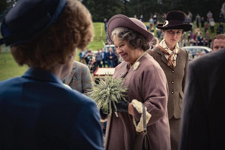 Íme egy pillanatkép a sorozatból: a háttérben a királynő lánya, Anna hercegnő, középen az anyakirályné, a kék ruhába öltözött kalapos hölgy pedig Margaret Thatcher, róla még később több szót ejtünk