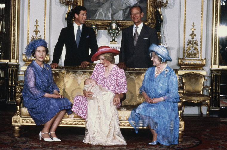 De előtte még egy múltidéző kép: a fotó közepén Lady Diana látható, első gyermekével Vilmossal