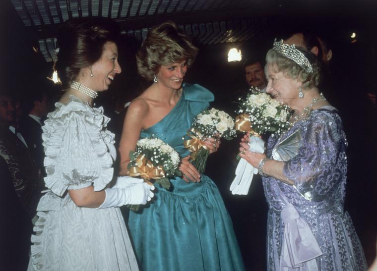 Itt pedig a valóság, csakhogy ezen a fotón az angol miniszterelnök helyett Diana hercegnőt láthatja középen, jobb oldalt az anyakirálynét, bal oldalt pedig Anna hercegnét, Károly herceg testvérét