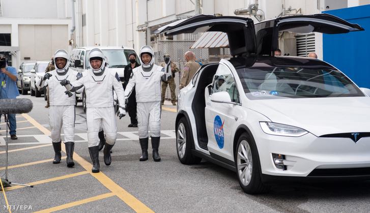 A NASA által közreadott képen a Crew–1-küldetés tagjai balról jobbra: az amerikai Mike Hopkins, Victor Glover, Shannon Walker (takarásban) és a japán Nogucsi Szoicsi a Cape Canaveral-i Kennedy Űrközpontban 2020. november 12-én.
