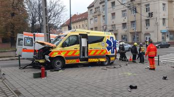 Mentőautó karambolozott Óbudán, két ember megsérült