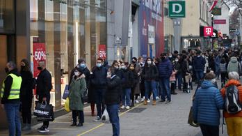 Pánikban kezdtek el vásárolni az osztrákok a nagy üzletbezárás előtt