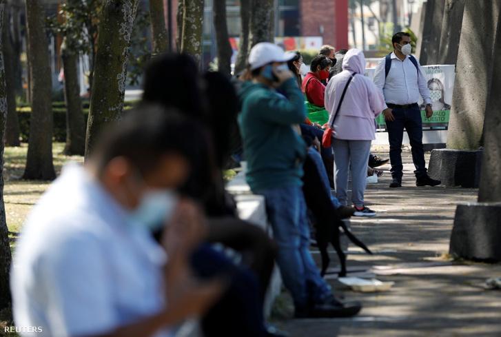 Koronavírus tesztelés miatt sorbanállók Mexikó városban 2020. november 13-án