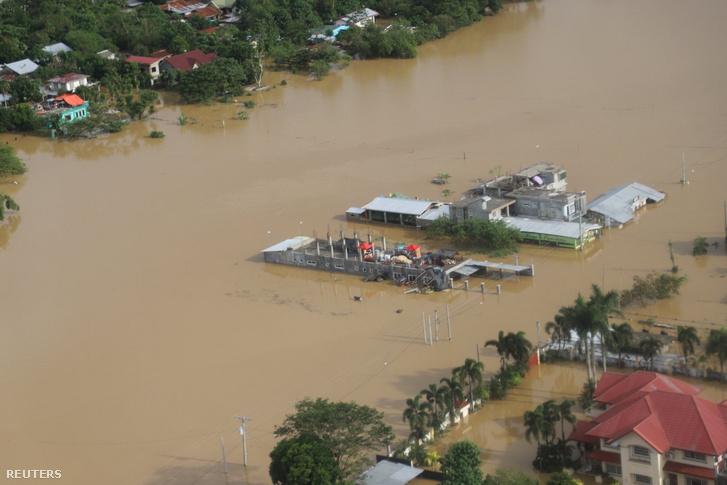 Elárasztott épületek a Vamco tájfun után a Fülöp-szigeteken 2020. november 14-én