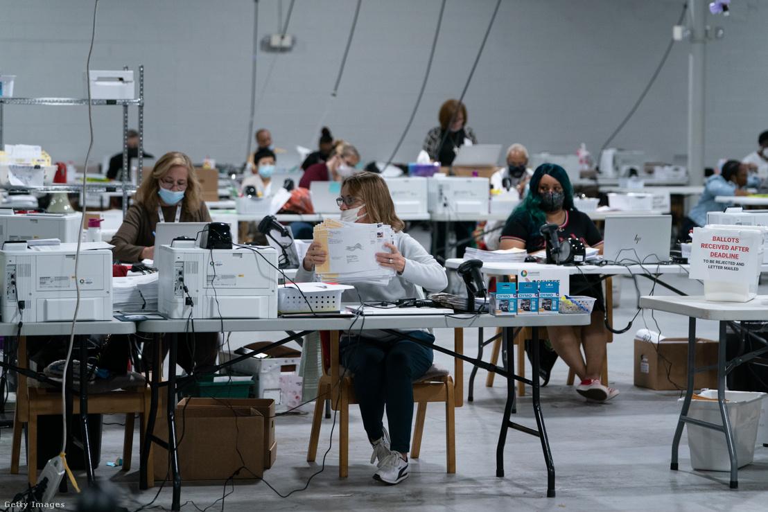 Szavazatszámlálók Lawrenceville, Georgiában 2020. november 7-én