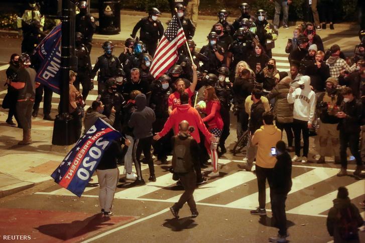 Donald Trump párti tüntetők és rendőrök Washingtonban 2020. november 15-én
