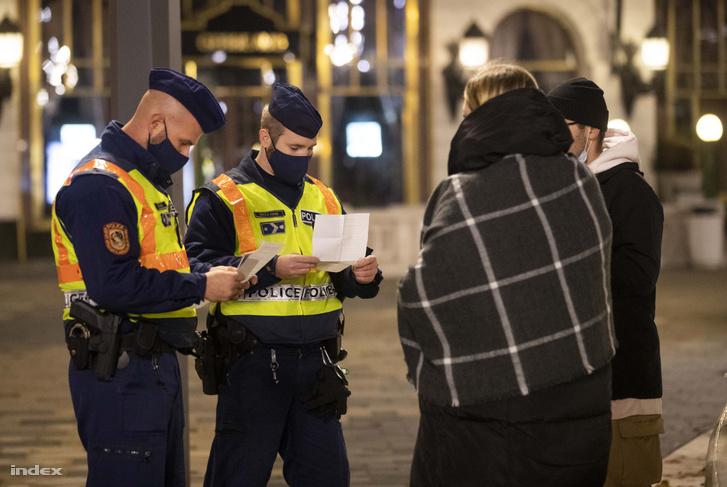 Ellenőrző rendőrök a kijárási tilalom életbelépésének éjszakáján, 2020. november 11-én