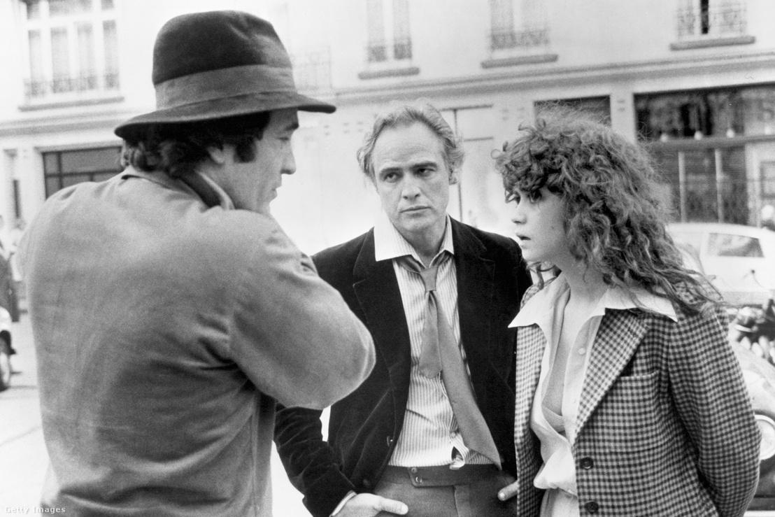 Marlon Brando (középen) Bernardo Bertolucci rendezővel és Maria Schneiderrel Az utolsó tangó Párizsban című film forgatásán 1973-ban