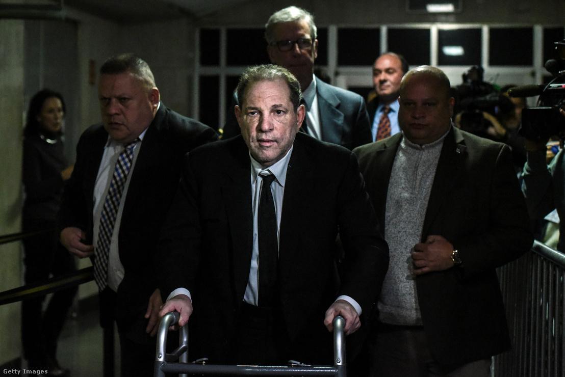 Harvey Weinstein New York-ban a tárgyalás után hagyja el a bíróság épületét 2020. január 6-án