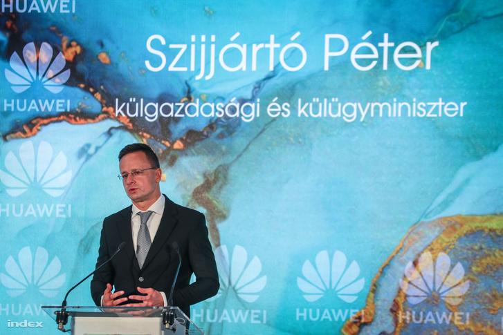 Szijjártó Péter külgazdasági és külügyminiszter beszédet mond a Huawei Technologies 15 éves magyarországi jelenlétének évfordulója alkalmából tartott ünnepségen a Haris Parkban 2020. október 20-án