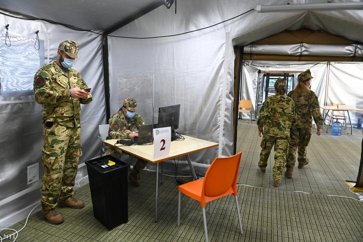 Katonák a Dél-pesti Centrumkórház (DPC) udvarán felállított sátorban 2020. szeptember 21-én, ahol ismét üzembe helyezik a sátorrendszert. Itt végzik a koronavírus-fertőzöttek előzetes szűrését. A sátorkomplexumot március 25-én építették fel, hogy a kórházba érkező betegek előosztályozását itt végezhessék a kórház dolgozói