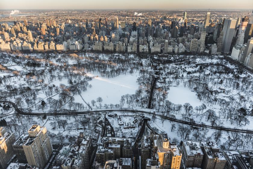 A New York tüdejének is nevezett Central Park a városlakók életének fontos része, ahol kicsit a természetben érezhetik magukat. Télen a havas tájban gyönyörködhetnek, és korcsolyázhatnak is.