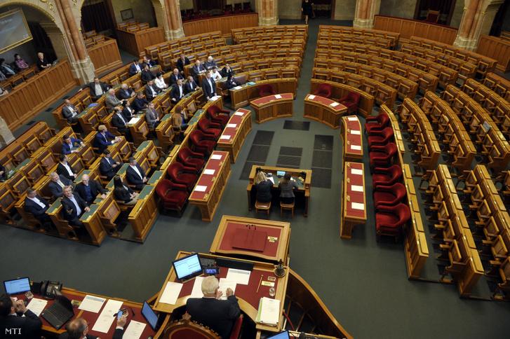 Ellenzéki képviselők a parlamentben