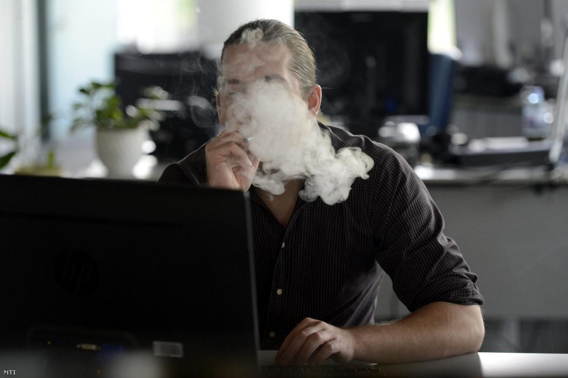 Elektromos cigarettát szív egy fiatalember Budapesten 2013-ban