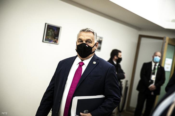 Orbán Viktor miniszterelnök (k) az Európai Unió kétnapos brüsszeli csúcstalálkozójának első napján