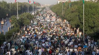 Pakisztánban összecsaptak a franciák ellen tüntető iszlamisták és a rendőrök