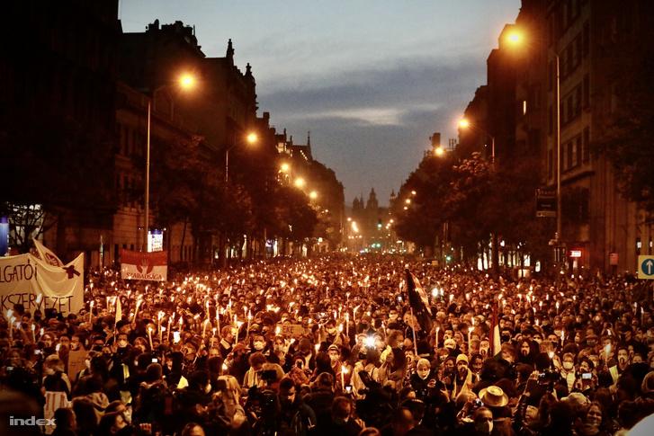 Több mint tízezren vonultak az SZFE hallgatóinak hívására fáklyákkal a Műegyetemtől az Urániáig, ahol 56-os visszaemlékezésekkel folytatódott a tüntetés 2020. október 23-án