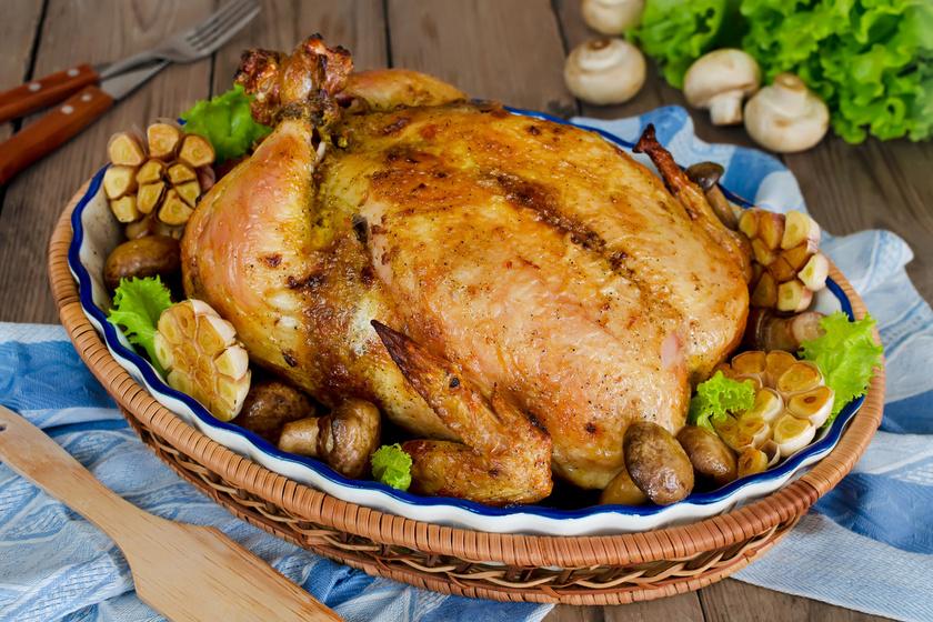 Az egészben sült csirke a hagyományos zsemlés töltelékkel az egyik legnépszerűbb vasárnapi ebéd. Nem lehet sem megunni, sem elrontani. Akkor tökéletes, ha a bőre fényes, ropogós, belül pedig puha a hús. Különféle zöldségekkel együtt is sütheted.