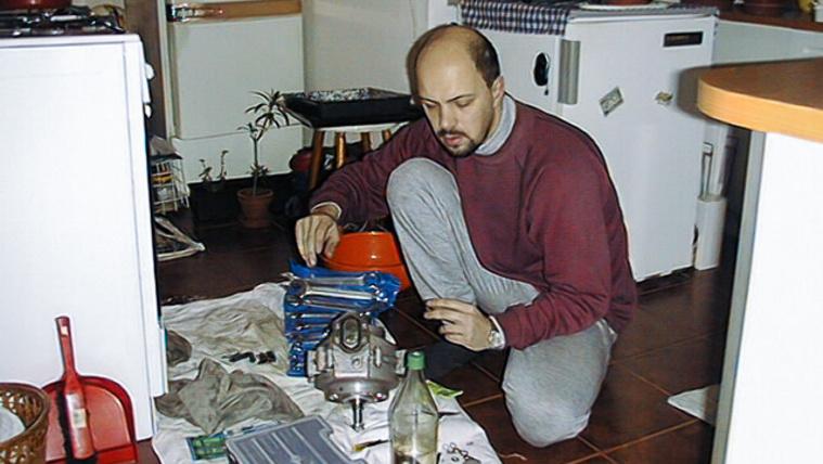 """A """"fiatal"""" Csikós Zsolt veterán BSA alkatrészekkel játszik a konyhában"""
