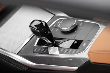 Rettentő fura a váltókar (mint a 3-asé és más mostani BMW-ké is), de alapvetően jópofa. Az iDrive a 7. generációra a legrosszabból a legjobb fedélzeti rendszerré nőtte ki magát