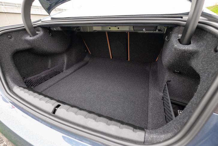 Meglepően nagy a csomagtér - 440 liter -, az ülések három részben dönthetők, ráadásul innen hátulról is, a szokásos BMW-kallantyúkkal