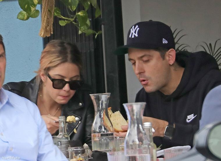 Mielőtt továbbmennénk, emlékeztetőül megmutatjuk egy másik élethelyzetben, hogy egy kicsit jobban látsszék: itt éppen a partnerével, G-Eazy rapperrel ebédelnek