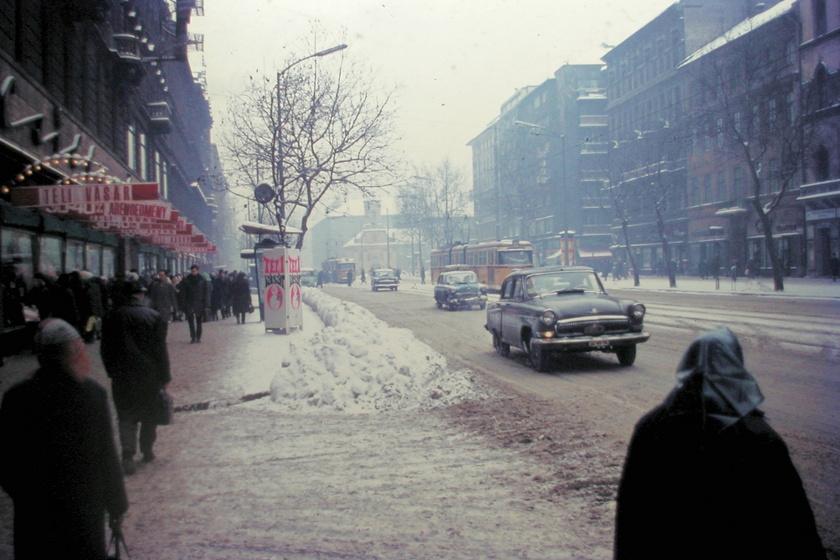 Az 1970-ben készült pillanatképet a Rákóczi úton fotózták, a sűrű hóesés mögött pedig a Szent Rókus-kápolna sziluettje dereng halványan.