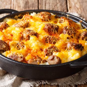 Hagyományos rakott krumpli sok sajttal és kolbásszal: így spórolhatsz időt a készítésén