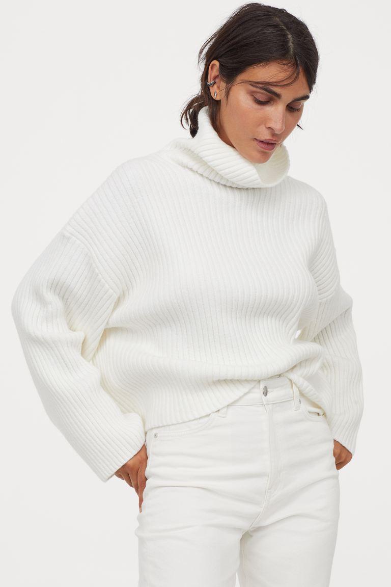 A hófehér kötött pulcsik mindig sikkesek és elegánsak. A H&M csinos darabja 9295 forintért lehet a tiéd.
