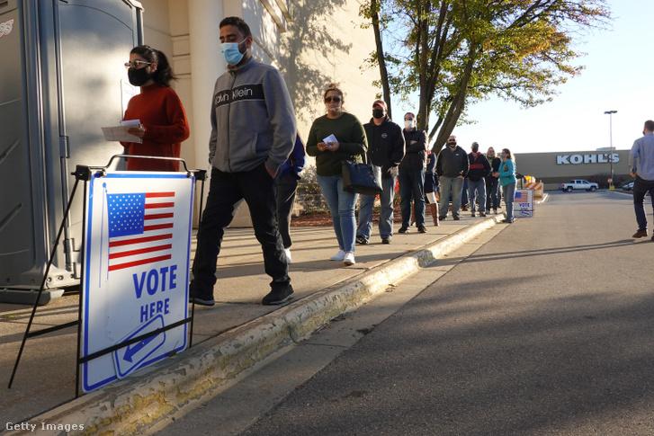 Sorban álló szavazók Wisconsin államban, 2020. november 3-án.