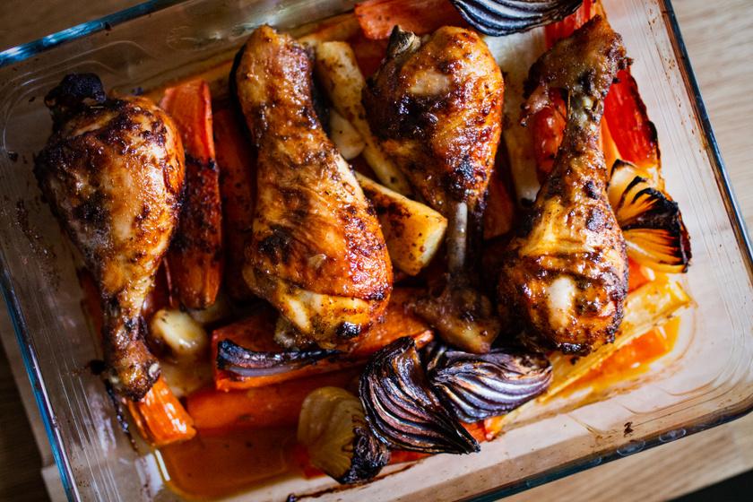 Tepsiben sült, pácolt csirkecomb vele sült répával: megúszós, de fenséges fogás