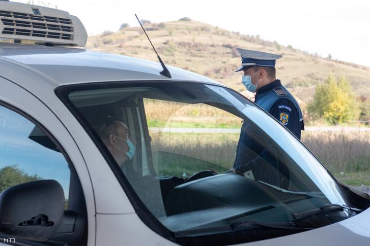 Rendőri ellenőrzőpont Magyarfenes és Tordaszentlászló között 2020. október 23-án. A koronavírus gyors terjedése miatt a román belügyminisztériumi válságstáb éjféltől vesztegzár alá helyezi a Kolozs megyei Tordaszentlászlót és Széket.