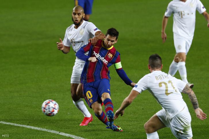 Lionel Messi a Barcelona és Aissa Laidouni a Ferencváros játékosa a labdarúgó Bajnokok Ligája csoportkörének első fordulójában játszott FC Barcelona Ferencvárosi TC mérkőzésen a barcelonai Camp Nou stadionban 2020. október 20-án.