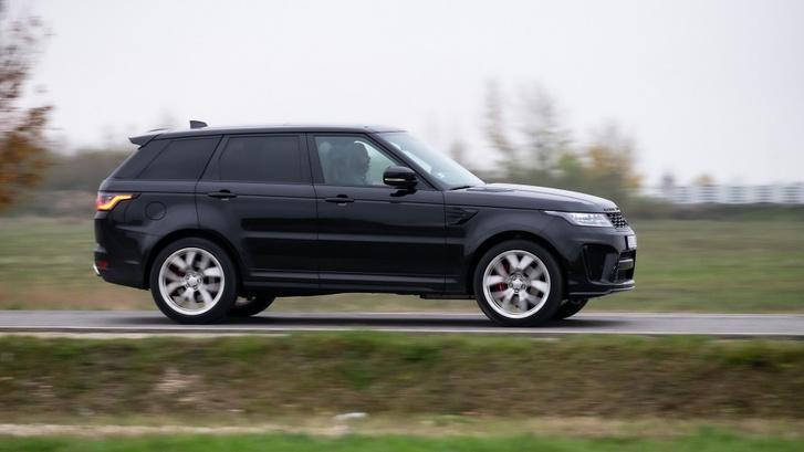 Az SVR-től elvárás, hogy boldoguljon terepen is, ahova egy BMW X5 M sosem mehetne, és a Cayenne Turbo is csak bizonyos feltételekkel