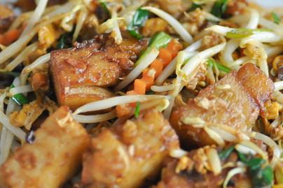 Pirított tofu karamellizált zöldségekkel: húsmentesen is laktató fogás