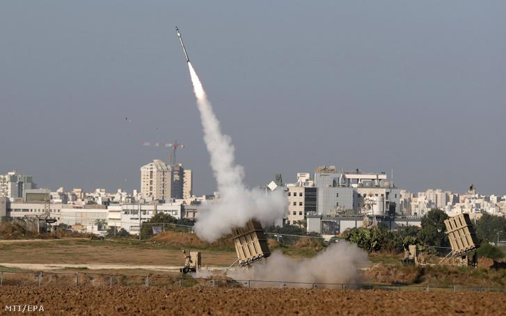Elfogórakétát lő ki az izraeli hadsereg Vaskupola légvédelmi rendszere a Gázai övezet palesztin fegyvereseinek rakétatámadása ellen az izraeli Asdódnál 2019. november 12-én