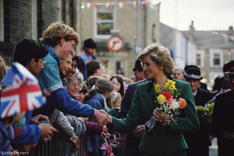 Az angolok Diana iránti rajongása azután sem változott, hogy hercegné, majd a trónörökös Vilmos és Harry herceg édesanyja lett