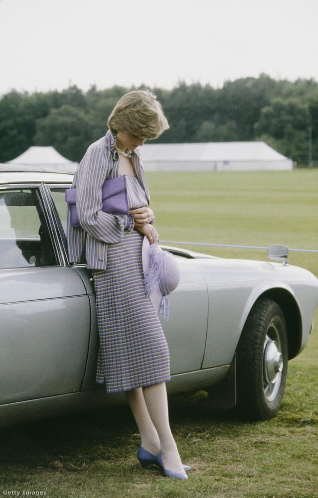 Addig még Diana elkísérte Károly néhány lovaspóló meccsre, egy ilyen alkalommal készült ez a fotó is
